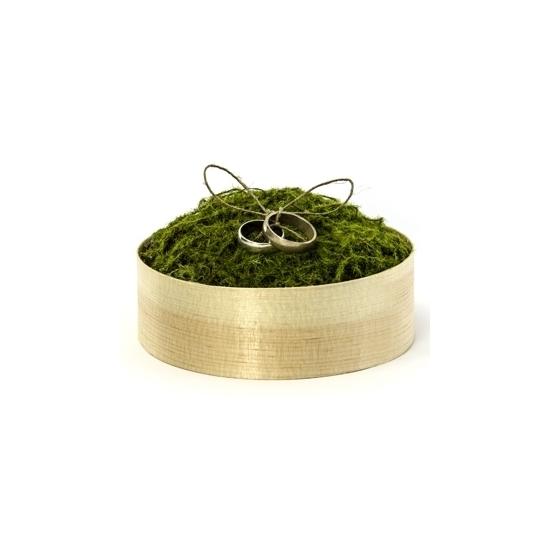 Bruiloft ringendoosjes met groen mos