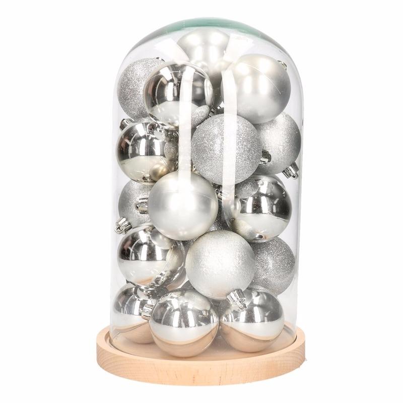 DIY kerstdecoratie stolp met zilveren ballen